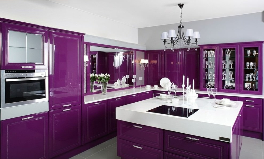 Оттенки фиолетового оказывают подавляющее воздействие на аппетит, поэтому кухня, оформленная в таких тонах, поможет справиться с лишним весом