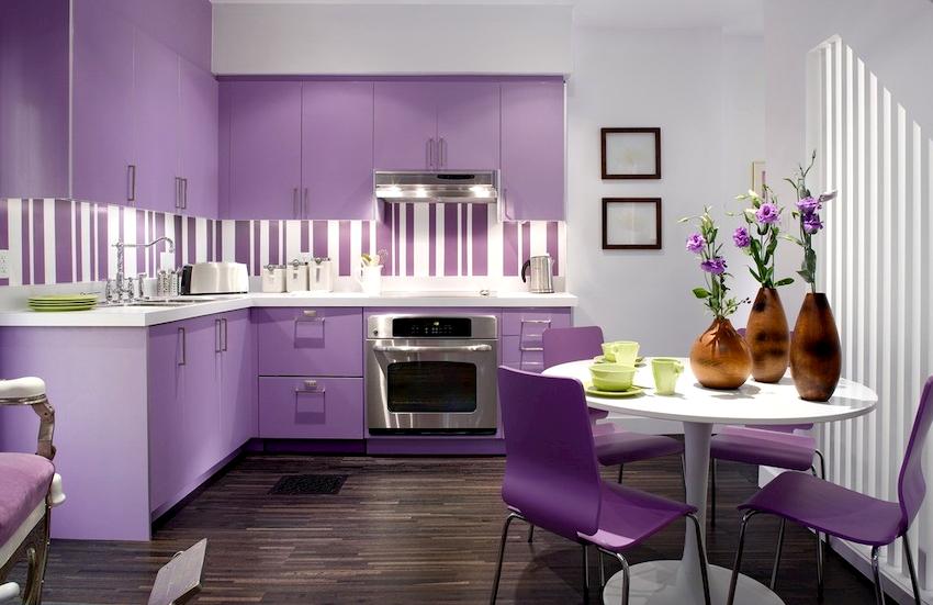 Выбирая за основу сиреневый цвет, изначально необходимо определиться со стилем и не заполнять весь интерьер данным оттенком