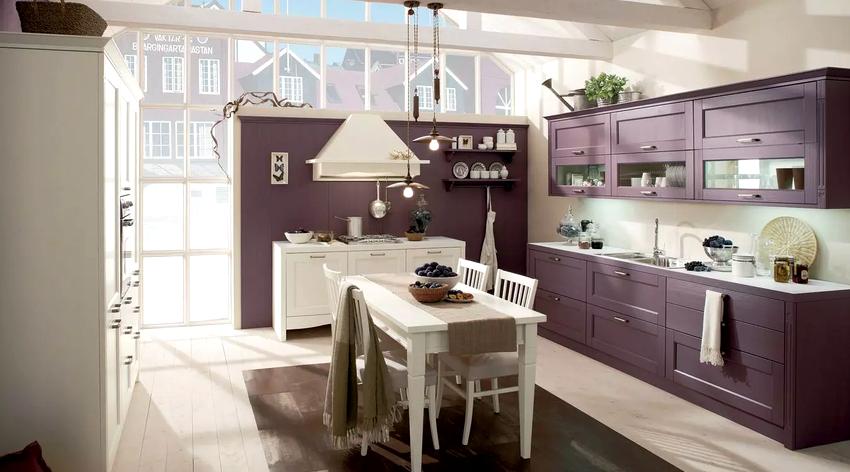 Психологи не рекомендуют использовать глубокие оттенки фиолетового в оформлении кухонь для людей с тяжелыми психическими болезнями