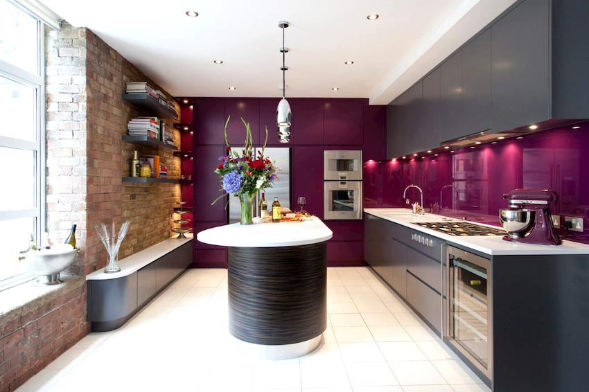 Перебор с фиолетовым цветом может превратить кухню в неприветливое помещение, вызывающее раздражение