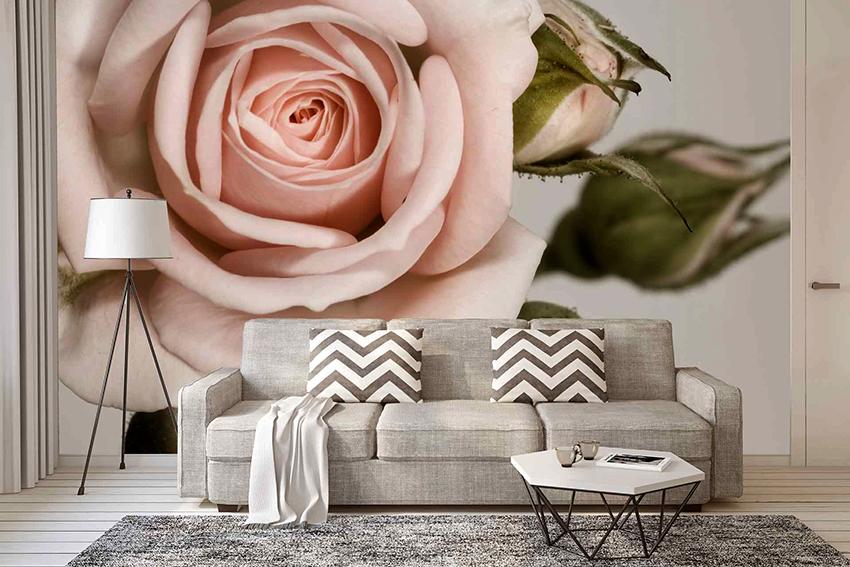 Изображение розы на стене гостиной станет главной изюминкой интерьера