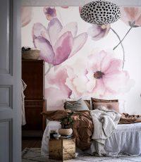 Изображения цветов на стенах наполняют спальню романтикой и умиротворением