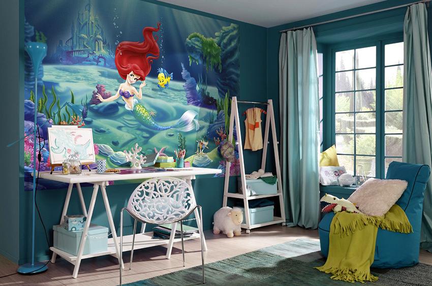 В просторной детской можно использовать яркие фотообои с крупным рисунком