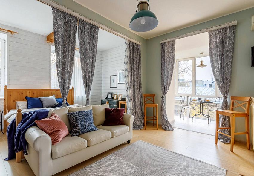 Для зонирования спальни-гостиной 17 м² лучше всего подойдут легкие занавескиДля зонирования спальни-гостиной 17 м² лучше всего подойдут легкие занавески