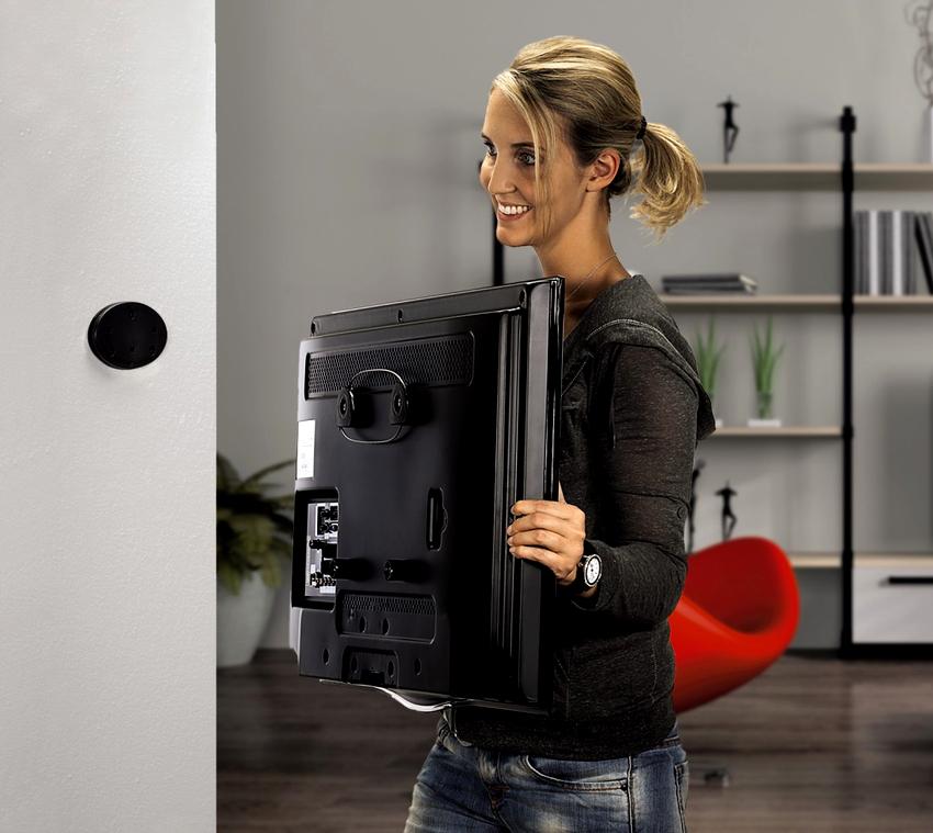 Повесить телевизор на стену без кронштейна можно благодаря специальным приспособлениям на задней части корпуса