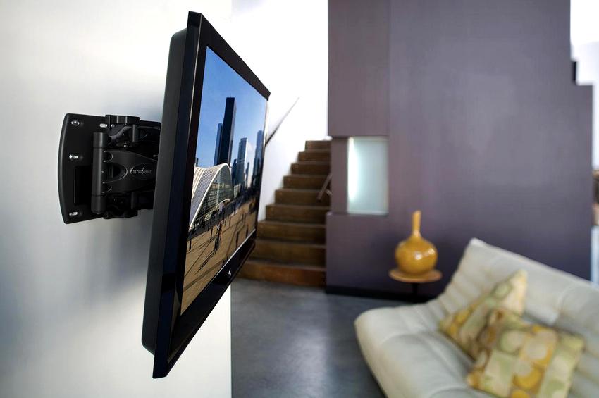 Монтаж телевизора на стену считается очень удобным, так как для этого не понадобится подставка