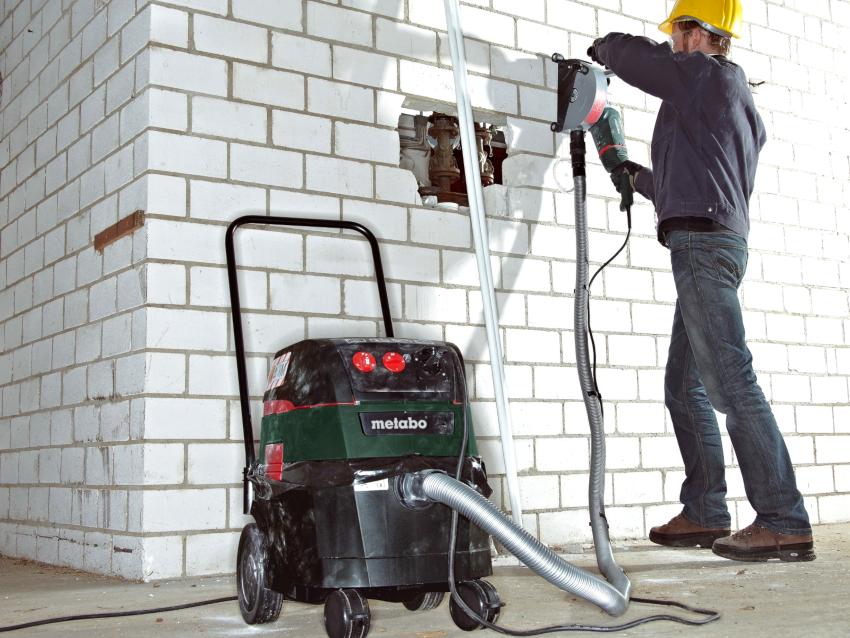 Пылесосы, которые используются вместе со строительными инструментами, не только облегчают процесс, но и защищают здоровье рабочих