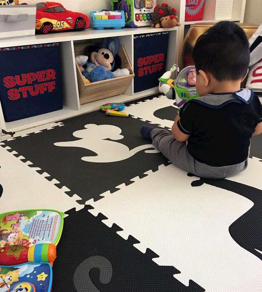 Чтобы детская игровая комната была уютной и комфортной, пол в ней следует застелить