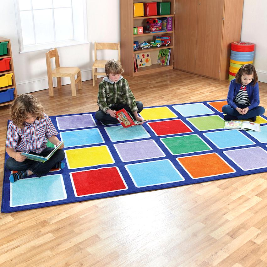 При оформлении дизайна детской игровой комнаты доминирующей чертой является цвет, в том числе и напольного покрытия