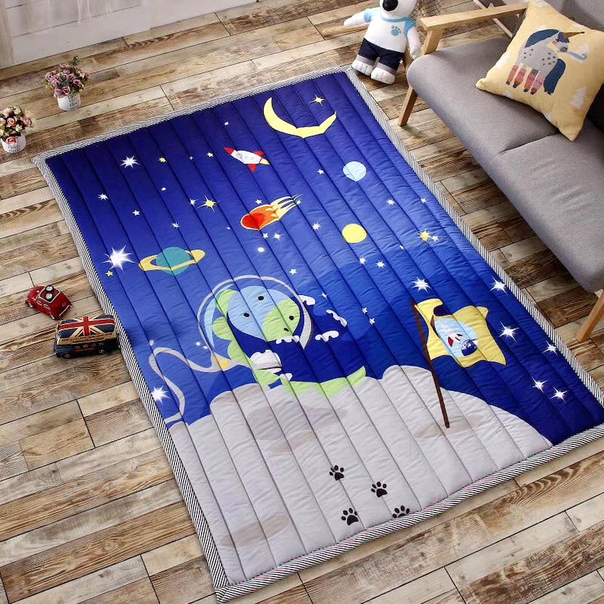 Пол в детской может дополняться мягкими напольными покрытиями, среди которых можно выделить: ковролин, ковры, модульный мягкий пол