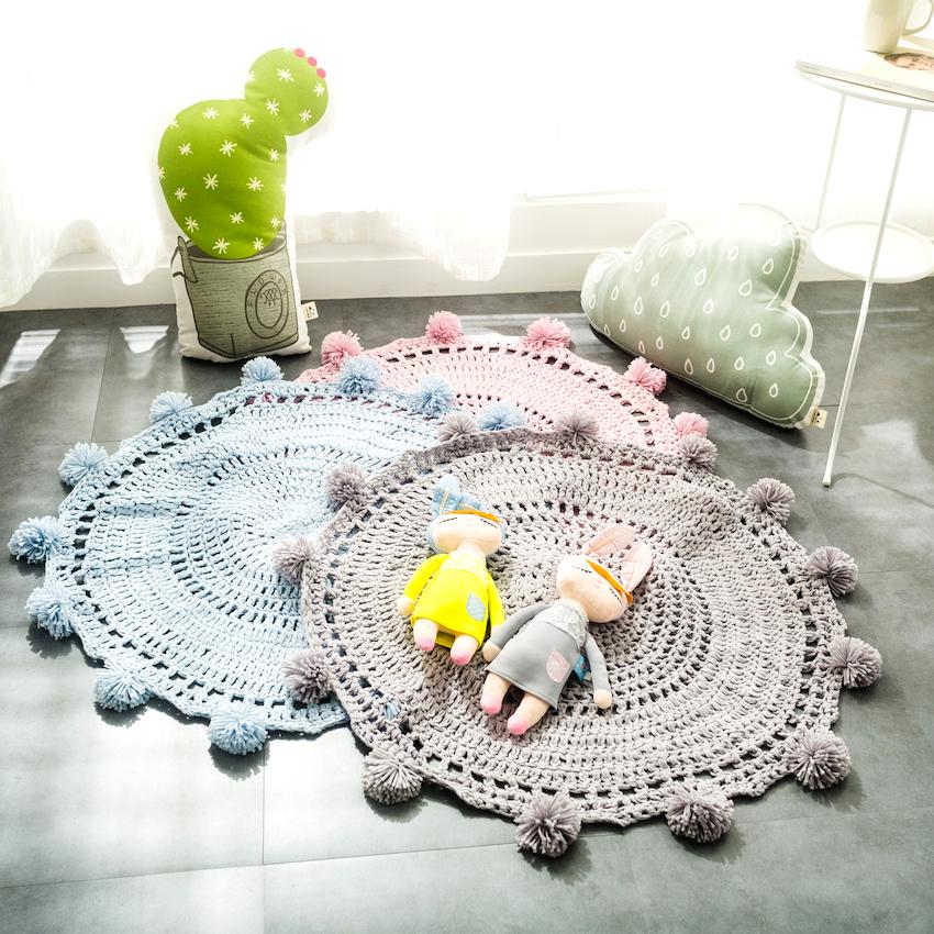 Если хочется дополнить оформление чем-то оригинальным, можно коврик для детской сделать своими руками, например, связать