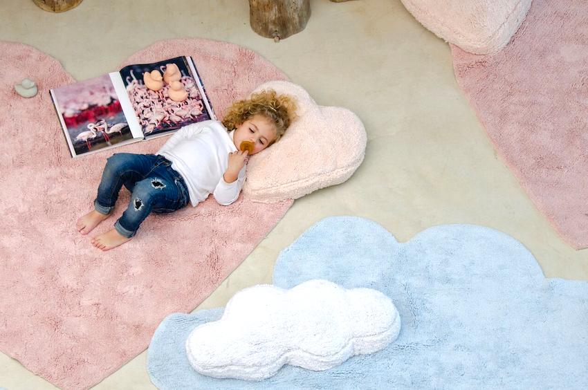 В качестве материалов для изготовления ковров в детскую применяется как натуральное, так и синтетическое сырье