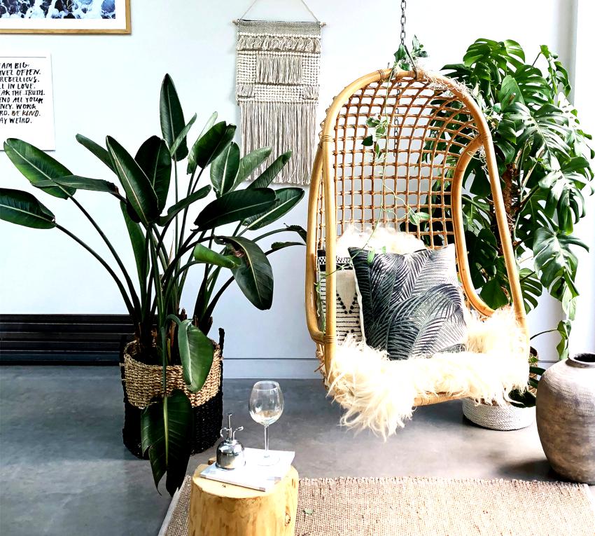 Подвесные кресла создают ощущение невесомости в пространстве