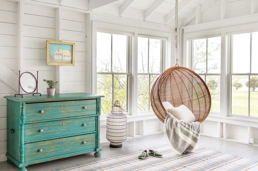 С потолочными балками в помещении легче установить навесное кресло