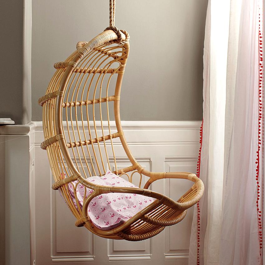 Кресло по внешнему виду напоминает гамак, кокон или подвесной шар