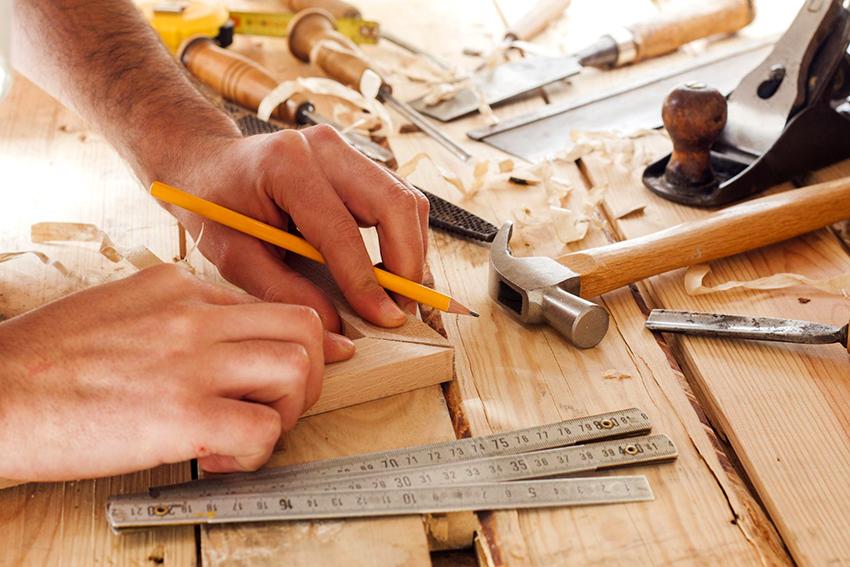 Чтобы сделать двуспальную кровать из дерева необходимо запастись инструментами и материалами