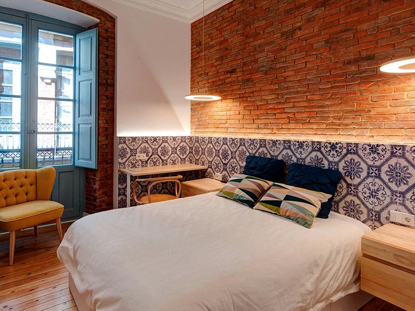 Такие кровати стоят чуть дешевле, чем конструкции с изголовьем