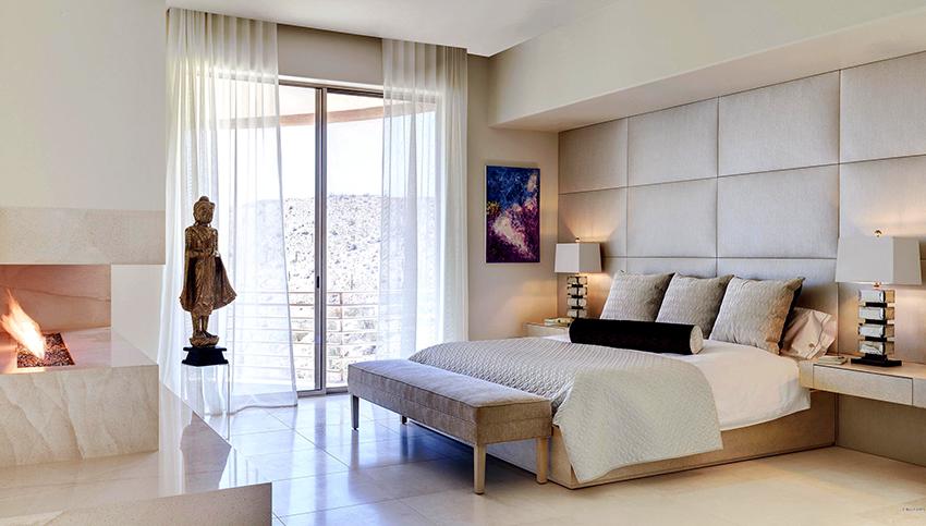 Из-за отсутствия изголовья, стена за кроватью может быстро утратить красивый внешний вид