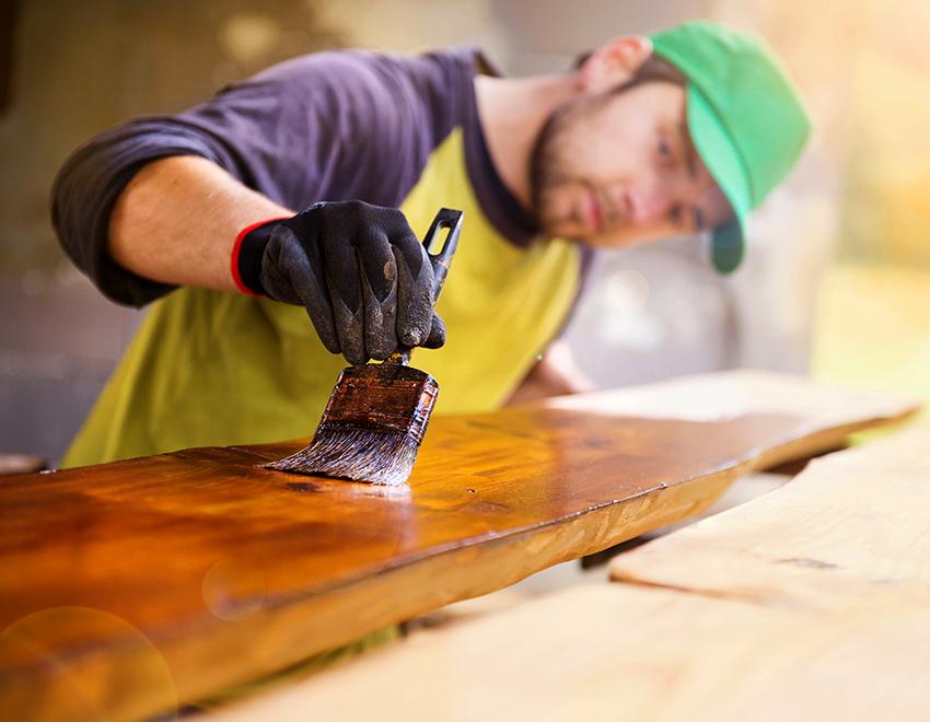 Деревянную кровать можно покрасить или обработать специальным лаком