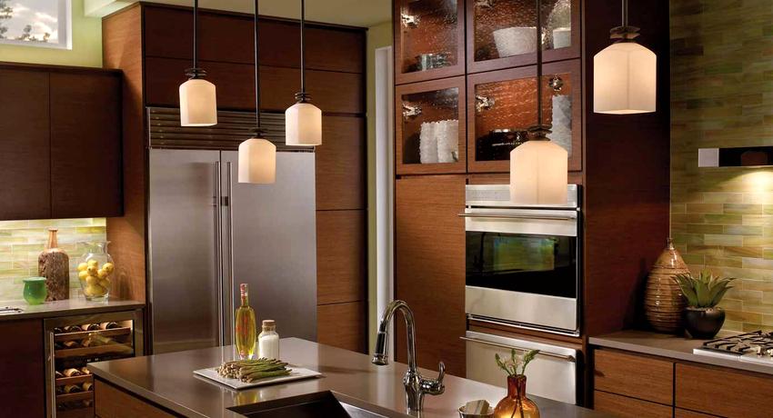 Для вытянутой кухни следует выбирать такие варианты люстр, которые состоят из нескольких плафонов, располагающихся в одну линию