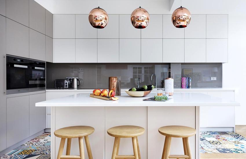 Стильным и эффектным украшением на кухне станет осветительный прибор, выполненный в золотом цвете