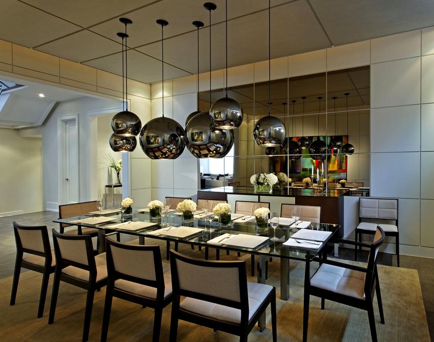Органично будут смотреться подвесные люстры для высоких потолков в виде шара, бокала, цилиндра или куба