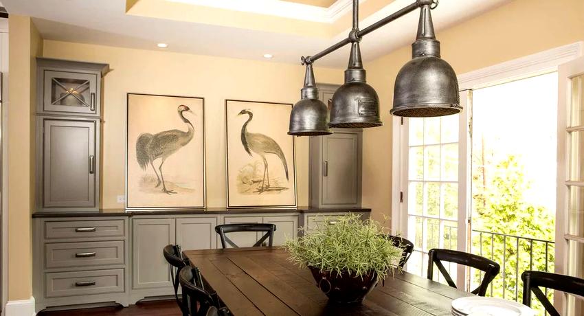 Люстра на кухне должна обеспечивать достаточный уровень освещения помещения, способствуя созданию приятной и уютной атмосферы