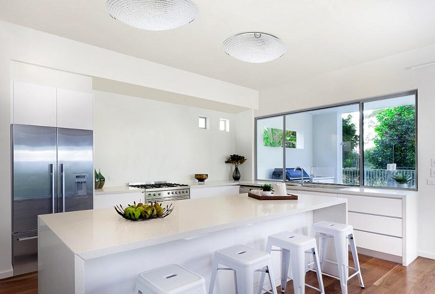 Помимо традиционных моделей в виде тарелки или квадрата, существуют более креативные потолочные люстры