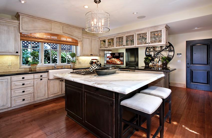 Люстры для кухни в стиле прованс могут быть выполнены из металла, дерева, текстиля или стекла