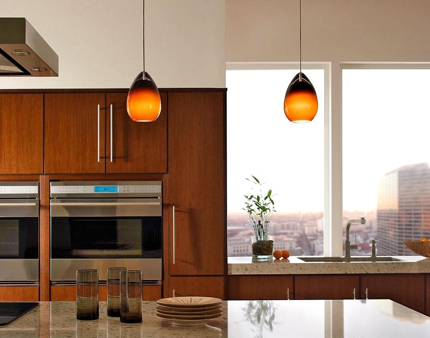 Для люстры над столом можно использовать менее яркий свет