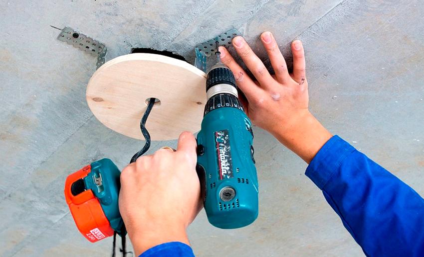 Лучшим вариантом для монтажа люстры является бетонный потолок