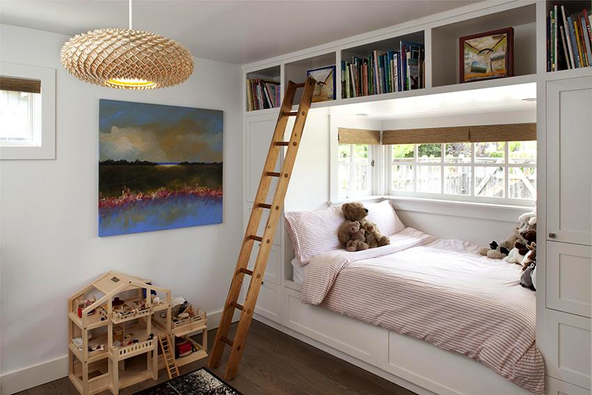 Люстру можно разместить в определенной зоне, или традиционно в центре комнаты