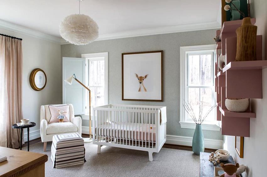 Детская комната должна быть в достаточной мере освещена, но при этом не стоит ее перенасыщать излишним светом