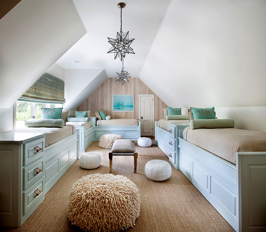 Для детской с низким или нестандартным потолком подойдет люстра из стекла и металла