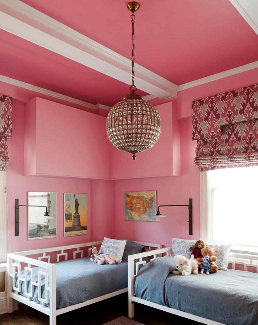 Для комнаты девочки подойдет люстра округлой формы, украшенная кристаллами или другими декоративными элементами