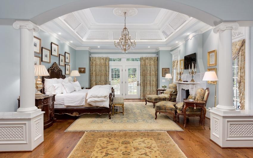 Красивый и неординарный осветительный прибор в классическом стиле может выступить настоящим украшением комнаты
