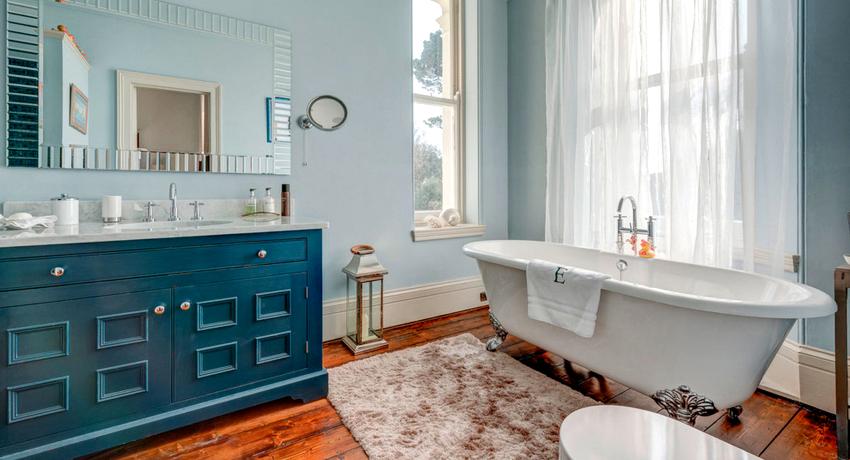 Мебель в ванной позволит аккуратно разложить различные косметические средства и бытовую химию