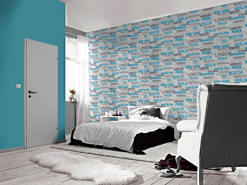 Комбинировать полотна с надписями и однотонные обои рекомендуется в небольших помещениях