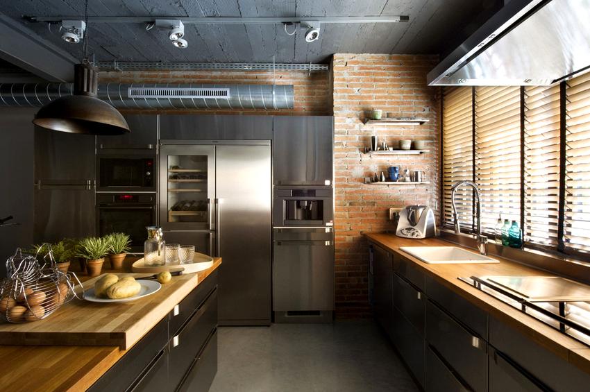 Хорошим решением для кухни являются потолочные лампы на рейлингах