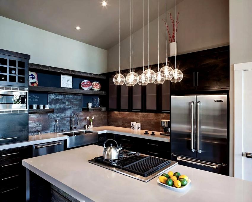 С помощью определенного варианта освещения кухни можно визуально скорректировать форму и размер помещения