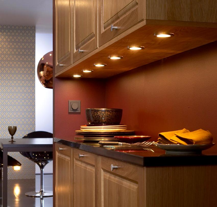 Существует несколько вариантов организации на кухне освещения над рабочей поверхностью: точечный свет, люминесцентные лампы и светодиодные ленты
