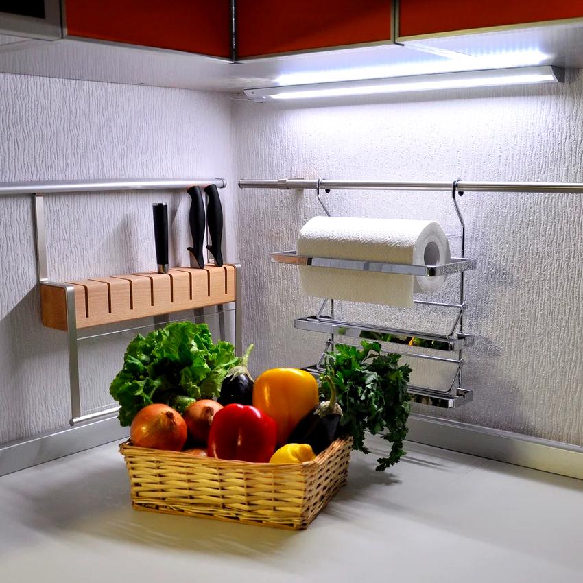 Помимо светодиодных лент, существуют модели светильников на кухню