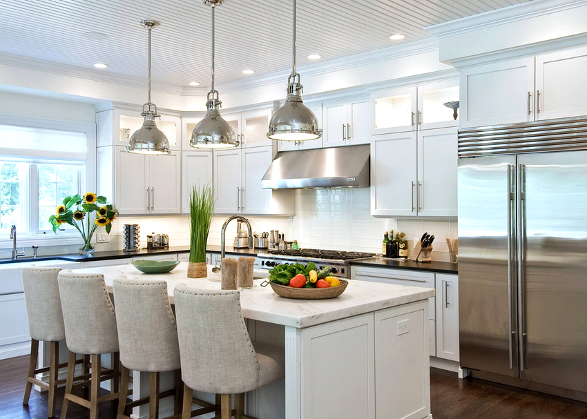 Выбор светильника производится исходя из личных предпочтений, стилистики помещения, бюджета и типа потолочного покрытия