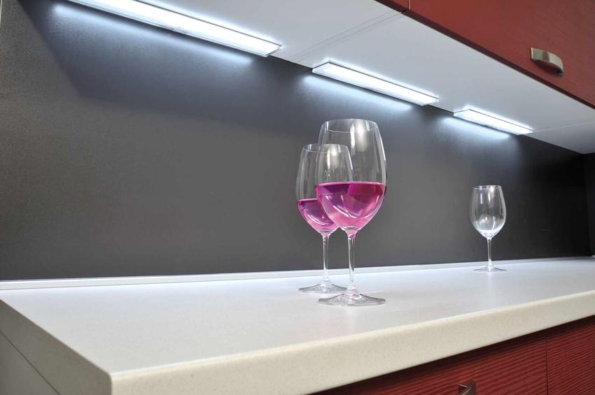 Линейное освещение на кухне под шкафами организовывается с помощью ламп, которые располагаются друг возле друга на небольшом расстоянии