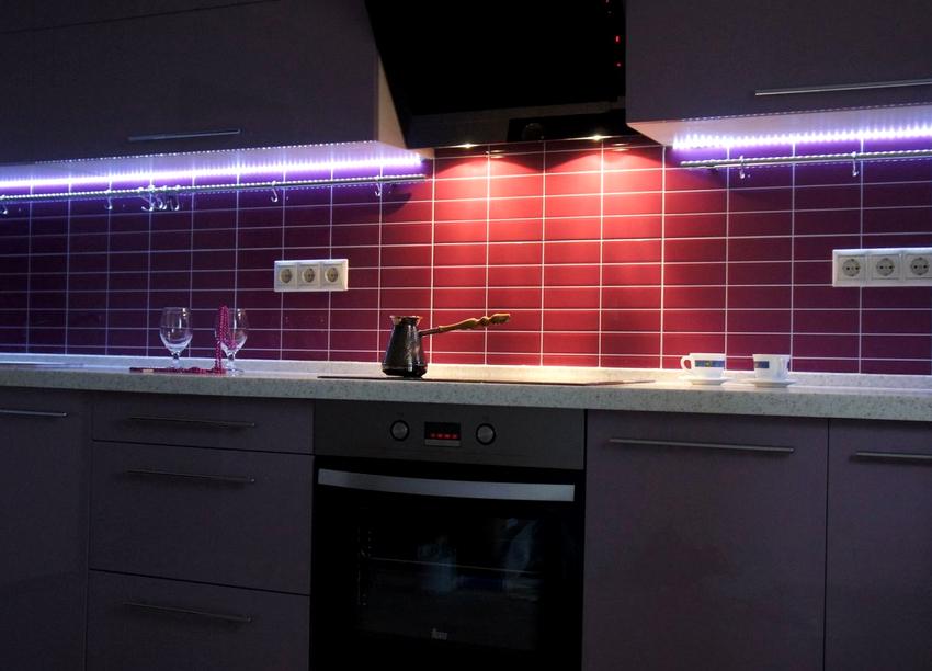 В качестве декоративного освещения используют светодиодную ленту или светильники, неоновые трубы, люминесцентные лампы