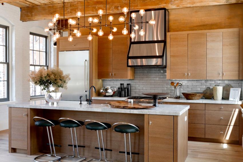 Установленные на кухне лампы оказывают непосредственное влияние на общее восприятие дизайна помещения