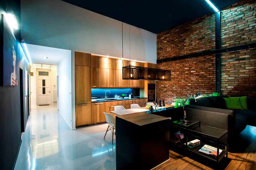 Рабочее место на кухне, которое представлено столешницей с варочной поверхностью и мойкой, должно быть достаточно хорошо освещено