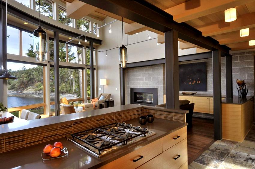 Традиционным решением является установка одной большой люстры по центру или нескольких маленьких в разных частях помещения