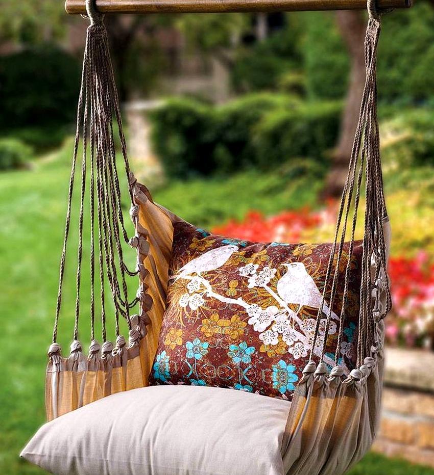 Самый быстрый и легкий вариант - это изготовить своими руками подвесное кресло-гамак