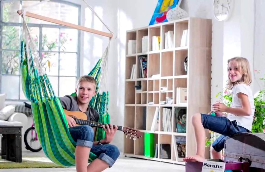 Подвесные кресла-гамаки могут быть изготовлены как с жестким каркасом, так и без него